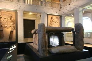 Unter dem Pfeilschauer ist im Erdgeschoss ein Megalithgrab zu sehen<br />