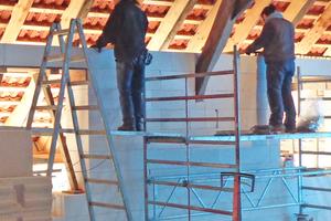 Herstellung des Ringbalkens auf der Mauerkrone der Porenbetonwände im Obergeschoss⇥Fotos: Spooren Architekten