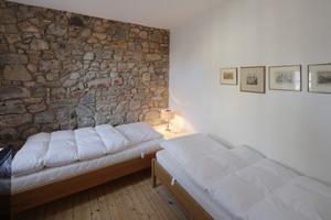 In der Ferienwohnung im ersten Obergeschoss wurde an der Stirnseite die historische Natursteinwand freigelegt