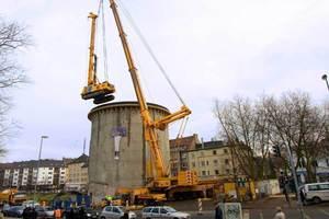 Die zur Bohrpfahlgründung erforderliche, fast 100 Tonnen schwere Maschine wird von einem der stärksten Teleskop-Kräne Europas in den Bochumer Bunker gehievt