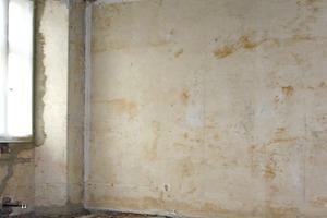 Links: Das über 500 Jahre alte Haus musste umfangreich statisch ertüchtigt und gedämmt werden<br />
