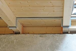 Zunächst wurden die Profile um die Sparren herum und auf der Holzschalung mit einem Dichtband verlegt<br />