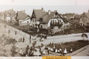 """Kaum den Kinderschuhen entwachsen – die von den Architekten Hakenholz und Brandes gebaute """"Kolonie"""" Siebelsburg mit ihren zwei- und dreigeschossigen Häusern im Arbeitervillen-Stil um 1910"""
