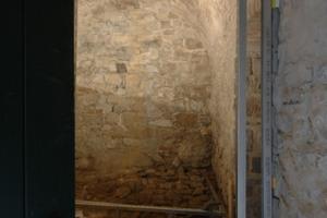 Mit einer Ständerkonstruktion wird ein Windfang erstellt, der die beiden 12m²-Räume thermisch ein wenig schützt