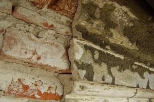Detail des stark beschädigten Traufgesimses<br />