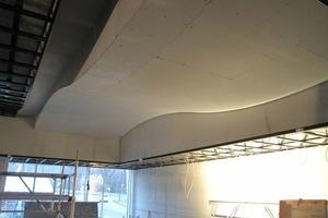 Die Platten wurden trocken direkt über der Unterkonstruktion gebogen und anschließend im Abstand von 20 cm befestigt