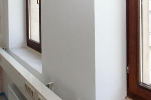 Zur Vermeidung von Wärmebrücken wurden die zum System gehörenden Laibungsplatten als flankierende Dämmung an die Fensterlaibungen montiert<br />
