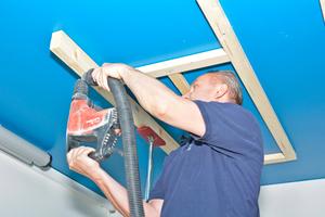 Montage der Kantholz-Plattenträger mit Schlagdübeln und mit Hilfe von selbstgebauten Abstandslehren