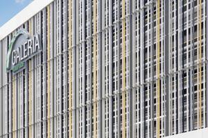 """Rechts: Für die Inszenierung dieser Kaufhausfassade in Erlagen gab es in der Kategorie Industrie- und Gewerbebauten einen weiteren 1. Preis<span class=""""bildnachweis"""">Foto: Stefan Meyer / Brillux</span>"""