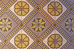 Im Hausflur vorgefundene Mettlacher Jugendstilfliesen, von denen das Farbkonzept des Hauses maßgeblich abgleitet wurde. Die Farbtöne wurden durchgehend in helleren Cremetönen interpretiert