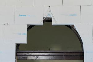 Die Platten können mit einem Fuchsschwanz oder sogar mit einem Messer geschnitten und der Form des Türbogens angepasst werden<br />