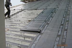 """Die Unterkonstruktion für das neue Warmdach über der so genannten """"Kathedrale"""" bilden Stahltrapezbleche, auf welche die Handwerker eine selbstklebende Bitumenabdichtung verlegten<br />"""