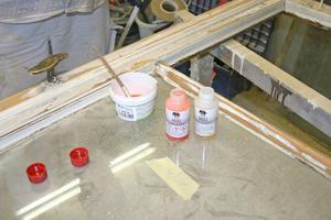 Rechts: Vorbereitung des 2K-Primers als Grundierung für die Reparaturstellen