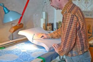 Herstellung einer Tapete im Handdruckverfahren durch den Dipl.-Restaurator Lutz J. Walter aus Wernigerode