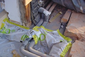 In die Abseite werden neue, gedämmte Heizungsrohre eingebaut. Die Zwischensparrendeckung wurde bis zum Traufpunkt hinabgezogen<br />