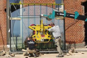 Zum Einbau der bis zu 460 kg schweren Fensterscheiben setzten die Mitarbeiter der Schreinerei Fiegenbaum einen Kran ein