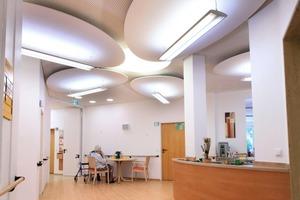 Die Akustikdecke und die beleuchteten Wolken im Seniorenheim bieten eine qualitätvolle Innenarchitektur, die älteren Menschen hilft, sich wohlzufühlen<br />