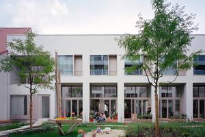 Der starke Bezug der Townhouses in Berlin-Prenzlauer Berg zum Außenraum wird durch die großformatige Verglasung gefördert<br />Fotos: Simon Menges<br />