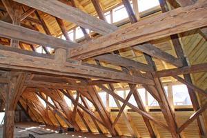 Dachstuhl der Scheune mit neu verschaltem und eingedecktem Dach