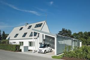 Moderne Architektur verbindet sich mit der städtebaulichen Idee der Siedlerhäuser: Das Bestandsgebäude bleibt so weit wie möglich erhalten, der neue Erweiterungsbau (rechts im Bild) schafft zusätzlichen Wohnraum für die ganze Familie  Foto: Velux<br />
