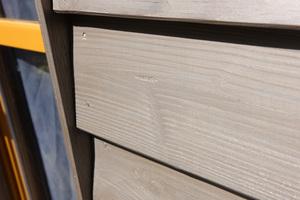Rechts: Graue Lasuren erzielen Effekte, wie bei natürlich gealtertem Holz<br />