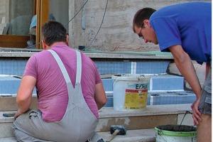 Die Treppe zum Bühneneingang aus porösem Kalkstein erhielt zur Vermeidung von Wasserschäden eine dünne Drainmörtelschicht auf Epoxidharzbasis, in Kombination mit einem Drainagesystem<br />Fotos: Gutjahr<br />