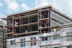 Aufstockung eines Plattenbaus in Dessau: Zement- gebundene Bauplatten ermöglichen einen robusten, wetterbeständigen und leichten Wandaufbau, der die Bestandsstatik nicht überfordert