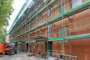 Die Außendämmung der Fassade erfolgte als massive Vormauerung mit perlitgefüllten Poroton-WDF-Ziegeln