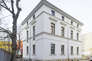 """Die Fassade des denkmalgeschützten Jugendstilgebäudes mit ihren prägenden Gesimsbändern. Um den Wärmeverlust über die Außenwände zu begrenzen, kam hier nur eine Innendämmung in Frage<span class=""""bildnachweis"""">Fotos: Knauf / Peter Eichler</span>"""
