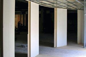 Die Unterkonstruktion für die abgehängte Gipskartondecke folgt dem Verlauf der Faay Wände<br />