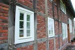 Die Fenster aus weiß lackiertem Eichenholz mit Isolierglasscheiben und umlaufender Dichtung wurden mit einer einheitlichen Rahmenstärke von 46 x 60 mm konstruiert Foto: Marvin Klostermeier