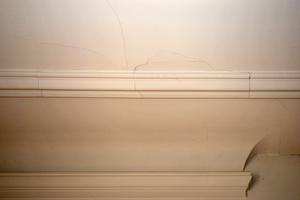 Durch Dachtragwerkssanierung entstandene Risse einer Rabitzdecke