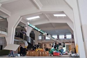 Montage der aus einem Pipelinerohr gefertigten Spindeltreppe in der Verladehalle<br />