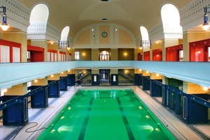 Die große Schwimmhalle des Jugendstilbades, das ehemalige Herrenbad, erhielt nach der originalgetreuen Restaurierung seine ursprüngliche Farbigkeit zurück