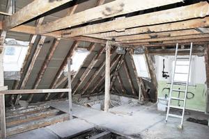 """Erd- und Dachgeschoss des 1934 in Stuttgart erbauten Zweifamilienhauses zu Beginn der Sanierungs- und Umbauarbeiten<span class=""""bildnachweis"""">Fotos (4): Frey Architekten</span>"""