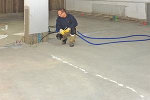 Links: Bodenplatte mit wasserundurchlässigem Beton ausgießen