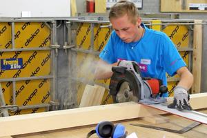 Timo Schön, Goldmedaillengewinner im Gewerk der Beton- und Stahlbetonbauer, bei der Arbeit mit der Handkreissäge