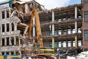 Vor Beginn eines Abbruchs sollte eine Beweissicherung über den Bauzustand benachbarter Immobilien erfolgen, um später die Ursache eventueller Beschädigungen eindeutig klären zu könnenFoto: malvine_99/<br />Fotolia