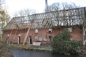 Die Handwerker entfernten die alte Dacheindeckung …<br />