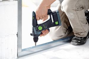 Der kompakte Bohrhammer BHC 18 ist besonders gut für das serielle Befestigen von Ständerwerken am Mauerwerk geeignet