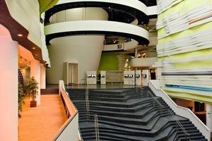 Im Eingangsbereich wurde eine 21 m hohe Innenwand in Trockenbautechnik gefertigt <br />