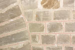 Einfache Naturstein-imitation in einer romanischen Kirche auf geschlämmtem Mauerwerk  Fotos (3): Hans Jürgen Ronicke