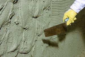 Der Wassersperrputz weber.tec 934 wird etwa 20 mm dick aufgebracht