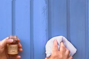 Auftrag eines Pflegeöls mit dem Tuch auf einer farbigen Nut-Feder-Bretterschalung Fotos: Kreidezeit