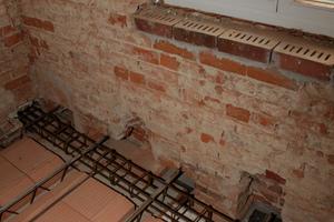 Für die Auflager wurden große Löcher ins Mauerwerk geschlagen. Später mauerte man die Auflagerlöcher wieder zu