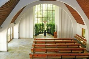 Der Innenraum der Aussegnungshalle vor dem Umbau (Blickrichtung Altar)<br />