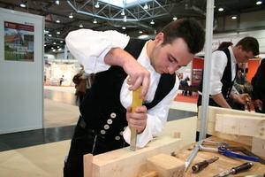 Zimmerer der Firma Bennert zeigen den handwerklichen Umgang mit Holz mit dem Stechbeitel ...<br />