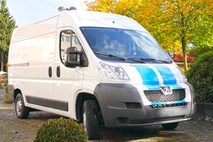 """Die Transporter der """"Initiative Trockenbau"""" sind in vier Längen-Variationen und in einem Design erhältlich: weiße Grundfarbe mit blauen Streifen"""