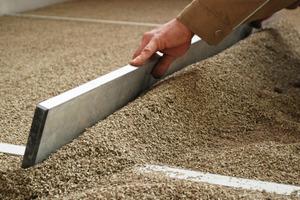 Einbau von Hobelspäne als Dämmung in einem Fußbodenaufbau<br />Foto: Cemwood