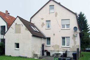 Die Putzfassade einen Hauses vor (links) und nach der Bekleidung mit der Fassadentapete FlexoMur